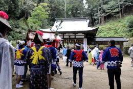 阿良須神社本殿前