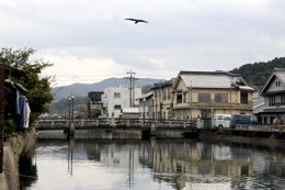 大橋(右手が寺内町になる)