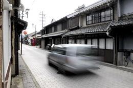 竹屋町(舞鶴市)(右2軒目の建物は「渡辺家住宅」で明治三年頃の回船問屋という。国登録文化財」)
