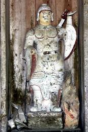 神社の隣に毘沙門堂がある