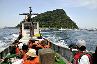 冠島(南側より。舞鶴側から見ればこうした形に見える。)