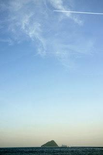冠島とその右手に沓島