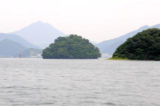 烏島(左側)(海上より)