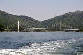 軍港側から見た三浜峠(この橋の奥が平湾)