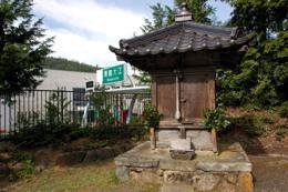 今ではインターのすぐ隣になった西飼神社境内・これが御壷神社か