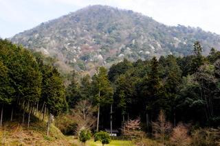 建部山西麓の安寿姫塚(中央の奥の建物)