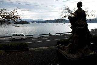追悼碑が見つめる事故現場の海